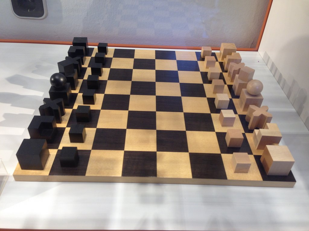 a bauhaus chess set the pieces tell you how they move