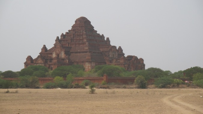 Dhammayan Gyi Temple, built in 1170.